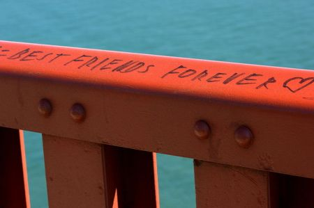 800px-Best_Frends_Forever_-_Golden_Gate_bridge_guard_rail_166